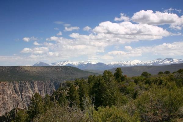 Montañas nevadas al fondo del paisaje