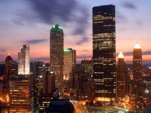 Luces en los edificios de la ciudad al anochecer