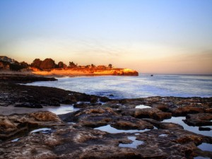 Charcos de agua entre las rocas del mar