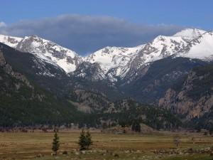 Nubes grises sobre las montañas
