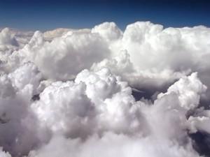 Encima de las nubes blancas