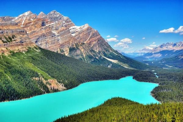 Río azul en las montañas