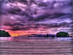 Cielo y agua de color morado