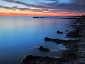Mar en calma visto desde la costa al anochecer