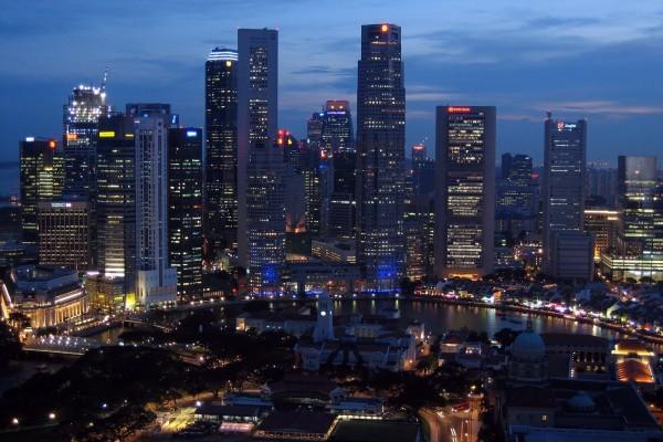 Vista aérea y nocturna de la ciudad