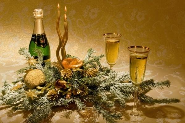 Arreglo floral, champaña y copas para Año Nuevo