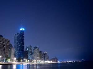 Postal: Ciudad de noche vista desde el agua