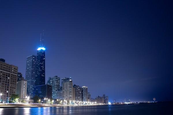Ciudad de noche vista desde el agua