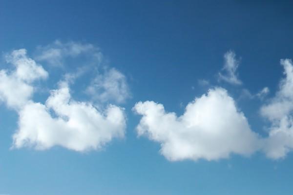 Pequeñas nubes blancas en el cielo azul