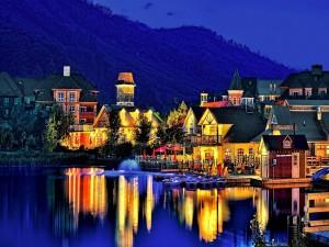Anochecer en un pueblo junto al lago