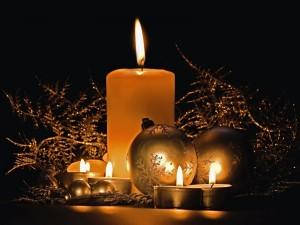 Velas encendidas y bolas para Navidad y Año Nuevo