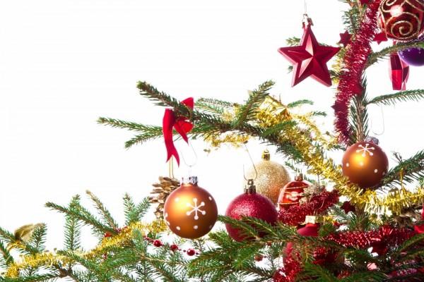 Adornos de Navidad colgados del arbolito