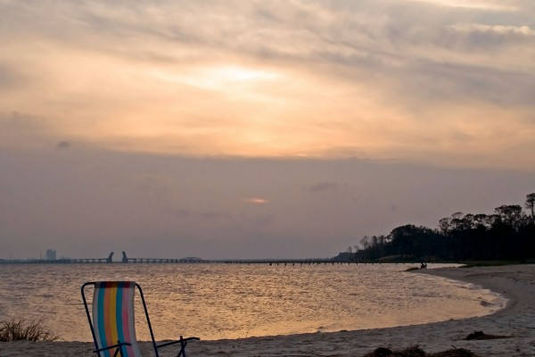 Silla solitaria en la playa