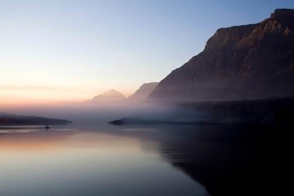 Bruma en el lago y las montañas