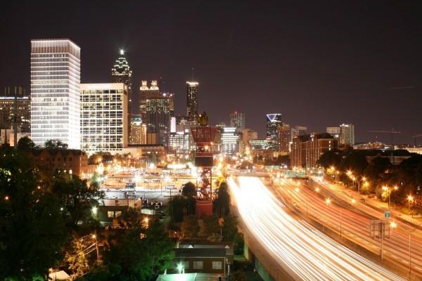 Autopista por la noche en la gran ciudad