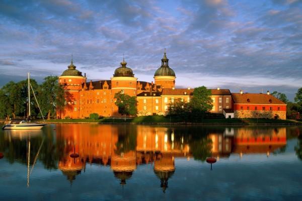 Barca en el lago Mälar junto al castillo Gripsholm, Suecia