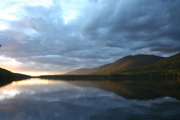 Cielo cubierto de nubes en el lago