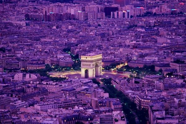 Vista de París y el Arco de Triunfo al anochecer