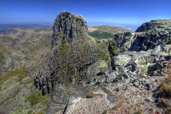 Viendo el paisaje rocoso