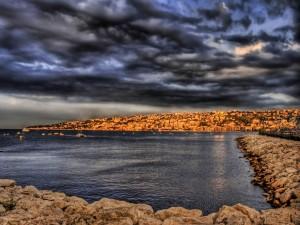 Postal: Vista del mar y el pueblo costero