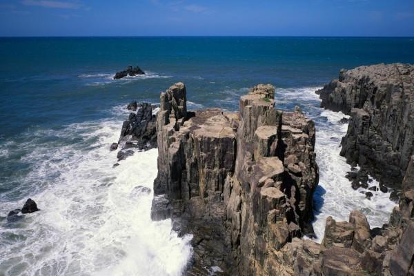 El mar con grandes rocas en la costa
