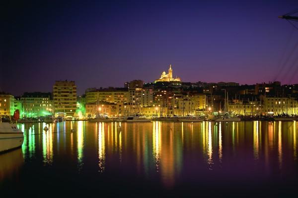 Vista nocturna del puerto y los edificios iluminados