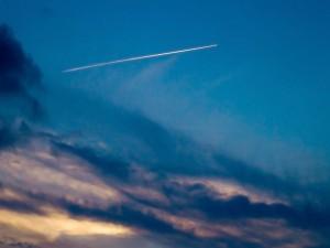 Línea blanca en el cielo