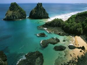 Dos grandes rocas en la costa