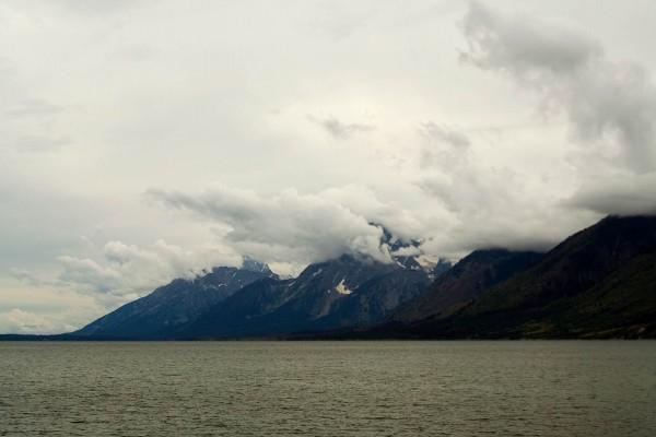 Montañas cubiertas por nubes