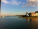 Faro en una bahía