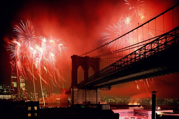 Fuegos artificiales en el puente de Brooklyn