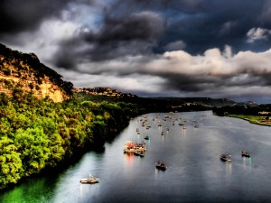 Barcas con luces en el río