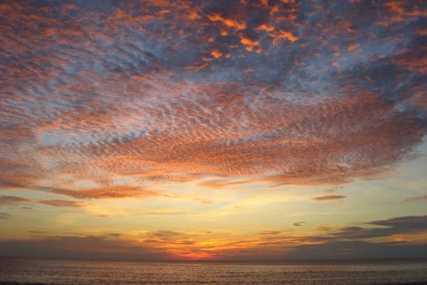 Nubes en el cielo sobre el mar