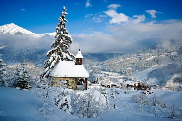 Pueblo cubierto de nieve en las montañas