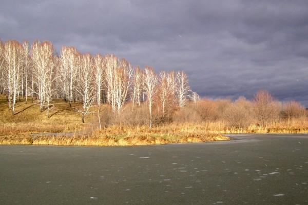 Nubes grises sobre el lago