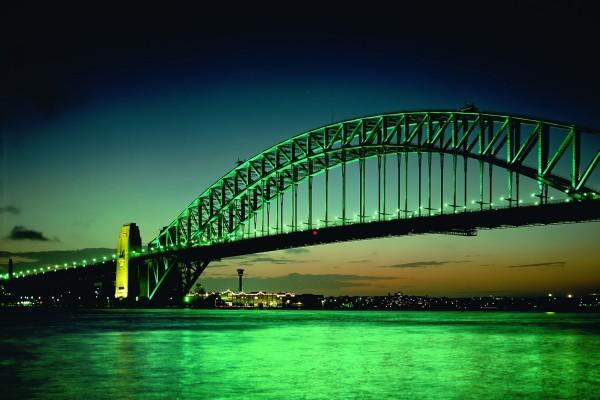 Puente con luces verdes