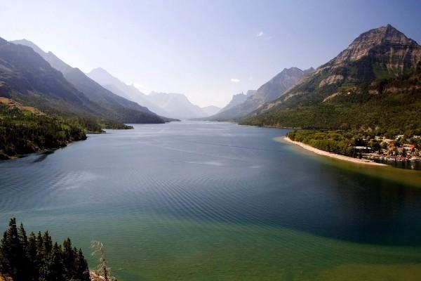 Lago en el Parque Nacional Waterton Lakes, Canadá