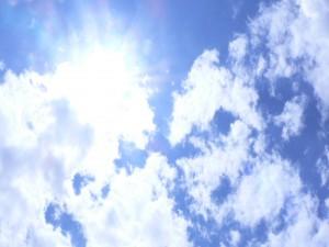 Postal: El sol brillante entre las nubes