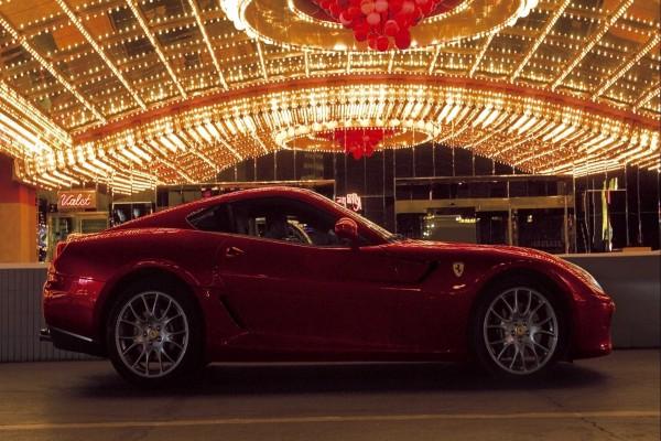 Ferrari rojo bajo las luces