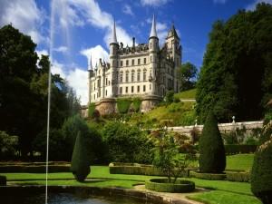 Postal: Castillo con un bonito jardín