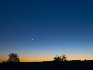 Estrellas en el cielo al anochecer