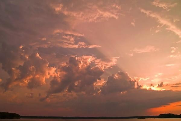Un cielo con nubes y luz solar
