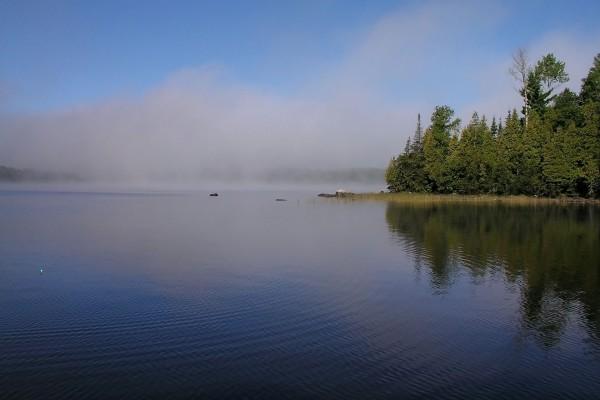 Nubes en el agua del lago