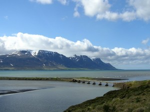 Pequeño puente cerca de las montañas