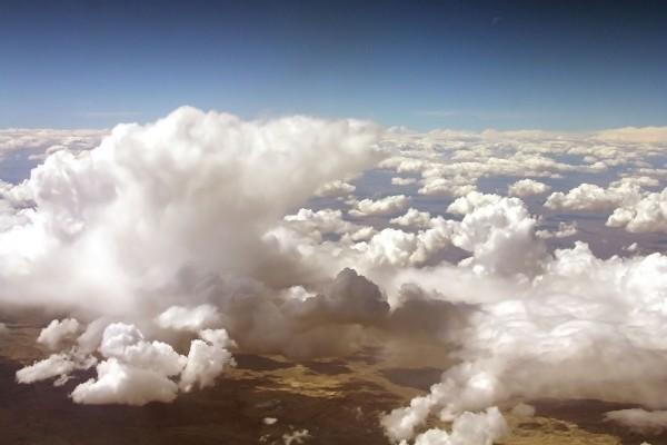 Vista de la tierra por encima de las nubes