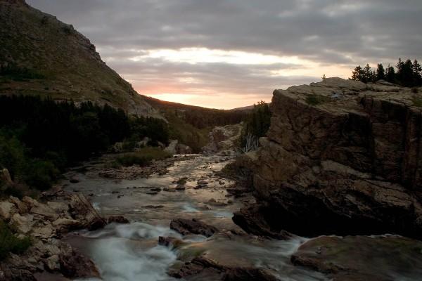 Un río al caer la noche