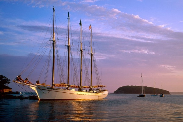 Un barco con banderas en el mar