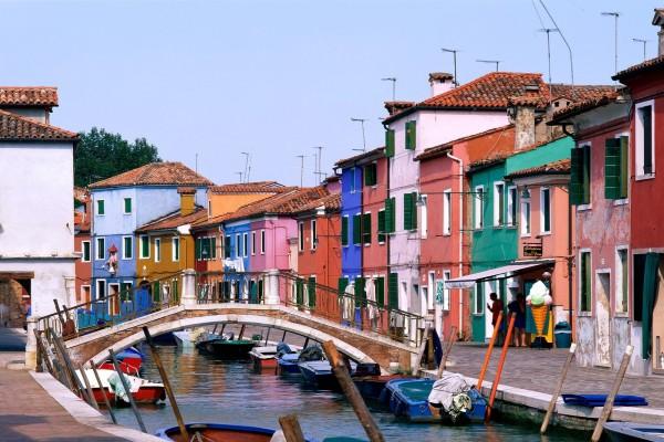 Pequeño puente en Burano, Venecia