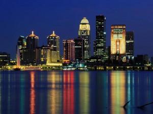 Postal: Grandes edificios iluminados junto al agua