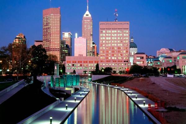 Edificios de Indianápolis al anochecer